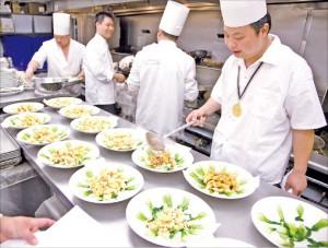 獲得此次廚技大賽金、銀、銅獎的11位大廚,有條不紊的準備著當晚的盛宴。(記者愛德華╱攝影)