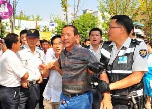 9月13日,由中共派出的過百名華人暴徒毆打了參加「六千萬人退出中共聲援大會」的遊行人士,並且毀損了相關器材,部分中共暴徒當場被警察押往警署。(大紀元)
