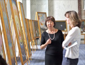 國會監察及政府改革委員會官員琳達.古德(Linda Good)(右)在聆聽畫展導覽講解。(攝影/麗莎)