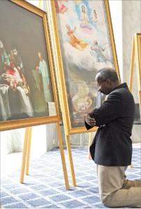 弗吉尼亞州的政府官員伊伯拉閔斯‧穆罕默德在認真觀看畫展。(攝影/麗莎)