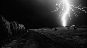 閃電強度達30萬伏的超能量,彷彿將夜空劈成兩半,強大的光線也令黑夜瞬間變白晝。(網站截圖)