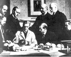 【記者鄭慧鳴/綜合報導】1866年,德國的海克爾(Ernst Haeckel)提出了重演律的說法,認為高等生物胚胎發育會重現該物種進化的過程。在進化論剛剛奠基的時代,重演律立即成為進化論最有利的「證據」之一。  *揭露真相的人  英國倫敦有一位醫生李察遜(Michael Richardson),他也是胚胎學家,花了一生的時間研究人的胚胎,但他從來沒有見過人胚胎有「魚」的階段!所以他立意要更正百多年來的錯誤。但是他很理智,知道從海克爾傳下來的這種「偽科學」,不是他一個人的力量可以推翻的。所以,他組織了17個單位的科學家,研究了50種不同脊椎動物的胚胎及其生長過程,並且做了仔細觀察、記錄。  1997年8月,李察遜等人終於聯名在的《Anatomy & Embryology學報》上發表了他們驚人的結果,揭露了海克爾重演律的騙局:  各類動物在海克爾的第一期胚胎並不是像海克爾描述的極其相似,而是有相當的差異。海克爾的原圖中的八類胚胎之所以如此相似,是因為海克爾動了手腳。  海克爾有意選擇了較相近的胚胎。他選水生的蠑螈而不用青蛙代表兩棲綱,是因為蠑螈本身就更像魚。相比之下,青蛙不甚像魚。他甚至將人胚胎的鼻子、心臟、肝臟等大部分的內臟,及手、腳的胚芽都挖掉,再加長脊椎成尾巴!以便使人的胚胎畫得像魚一樣。  並且海克爾刪改的不只這些,他還隨意加添。例如雞的胚胎,在這時期的眼與其他動物不同。它是沒有色素的,而海克爾則將它塗黑,使它與其他動物看齊。還有,海克爾在大小比例上也隨意更改,它的伸縮性可達十倍,以增加不同胚胎的相似性。  李察遜就此得出驚人結論,「海克爾的胚胎」是生物學上最「著名」的騙局。  進化過程中確鑿的過渡類型,嚴格地講並沒有發現,如果進化存在,那麼必然存在進化過程中物種之間的過渡類型,否則進化就是謬論。在邏輯上,過渡類型的化石也就成了進化論的三大證據之一;達爾文等人猜想二十世紀會找到明確的證據,也就是當時用「猜想」作了證據,事實又是怎樣呢?直到現在,發掘出的化石不計其數,禁得起推敲和鑑定的證據還沒有一例。  曾經轟動一時的始祖鳥,被視為進化論的鐵證,6具「始祖鳥化石」的相繼問世,轟動了世界,因為它既具有爬行動物的特徵,又具有鳥類的特徵而被視為鳥類和爬行動物之間過渡物種的典範。後來鑑定出5具是人造的,剩下的一具堅決拒絕任何鑑定。最初的「發現者」坦白了造假的原因之一:太信仰進化論了,就假造出了最有力的證據。  1922年,生物學家奧斯本(H. F. Osborn)宣布發現了一顆牙齒,這顆牙齒同時具備猩猩、猿人及類人猿特徵。他給這顆牙齒的主人取了一個名字──尼布拉斯加人(Nebraska Man)。接著,相信進化論的人士畫出了這個猿人的想像圖,僅僅憑著一顆牙齒。到1927年,經過更深入的研究後,這顆牙齒的主人終於被鑒別出來。其實這顆牙齒不屬於人類或人猿,它的主人是一種絕種了的美洲野豬。  在從猿到人的問題上,尋找過渡物種「類猿人」,早就列入了科學的「十大懸案」。數次宣布的人類始祖,很快就被否定了。例如1892年發現的人和猿之間的過渡化石「爪哇人」曾經轟動一時。考古學家杜波瓦(Eugene Dubois)在爪哇發現了一塊很像猿的頭蓋骨的骨片,在40英尺以外又發現了一塊大腿骨。他說,顯然這是屬於同一個生物的。這個生物像人一樣直立行走,又具有猿一樣的頭骨,這一定就是那個過渡環節。但後來證實這分別屬於100萬年前一起生活在爪哇的一頭猿和一個人。學術界否定了「爪哇人」,科教方面卻還在宣傳。  直到1984年「爪哇人」才被新發現的猿人化石「露茜」代替。由唐納德‧喬漢森(Donald Johansson)在東非大裂谷發現的「露西」(Lucy),曾被認為是早已消失的人和猿的共同祖先。但現在科學家已經鑑定它為一種絕種的猿,屬於「南方古猿阿法種」,和人無關。露茜同樣被否定了,而教科書中,對始祖鳥和露茜還是不予更正,公眾也就不知真相了。  又如「皮爾當人」(Piltdown Man),就是一個被破解的科學史上的醜陋騙局——曾經被進化論教科書列為「人類祖先」化石的「皮爾當人」(Piltdown Man)其實是一群考古學家的刻意造假之作。  皮爾當人被描述為:「這種人種的頭蓋骨的頭頂骨已經是人型,而下顎骨幾乎是屬於猿型,除了臼齒之外,都是猿形態的。」因此他被宣稱是一種介於人與猿之間的生物,也就是半人半猿的猿人。  皮爾當人在很短的時間內得到科學界的認可,僅有少數學者提出反對意見,認為這不過是將人的頭顱骨與猿的下顎骨拼湊在一起,但他們的聲音卻遭到忽略。然而 40年後,奧克雷(K.P. Oakley)利用含氟量測年法測定收藏在大不列顛博物館裡的皮爾當人化石,驚訝地發現,頭顱骨的含氟量與下顎骨相差甚遠,頭顱骨的含氟量微小,僅在地底埋存幾千年,非原先認為的50萬年。 